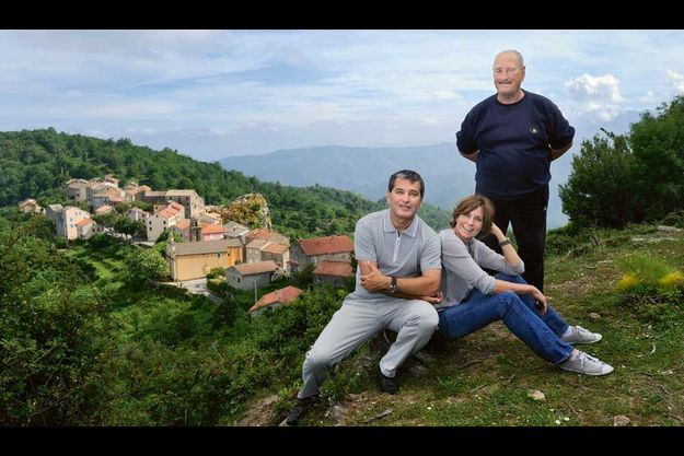 Armelle et Dominique Sialelli, avec son père Hyacinthe, sur les hauteurs de Pietraserena.