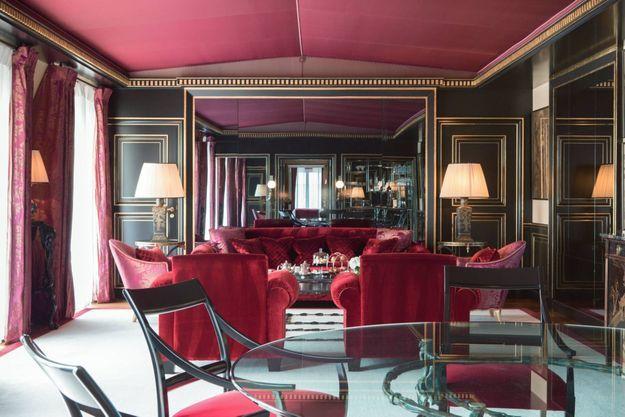 La suite impériale célèbre le style napoléonien : meubles laqués, tentures damassées, antiquités...