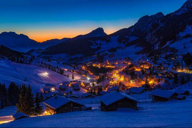 A la tombée de la nuit, les lampadaires subliment les stations de sports d'hiver.