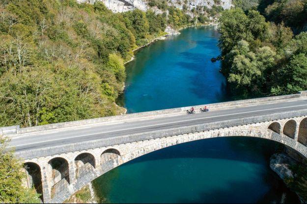 Le temps suspendu. À bicyclette, sur le pont en arc de La Balme, au-dessus du Rhône, entre l'Ain et la Savoie.