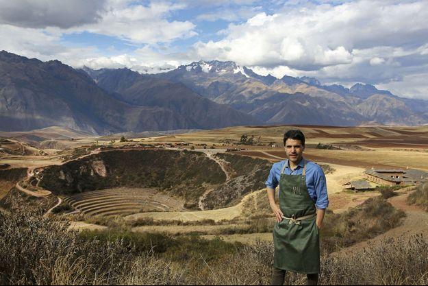 Derrière le gastronome, à droite, son nouveau refuge, près des ruines incas de Moray.