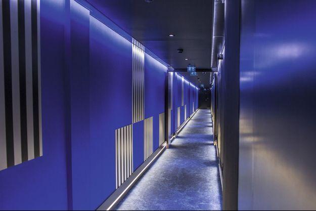 Au Yooma, Un couloir aux couleurs de Daniel Buren.