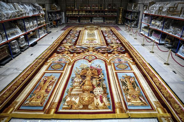 Détail du tapis du choeur de la cathédrale Notre-Dame de Paris, au Mobilier national à Paris, le 12 septembre 2019