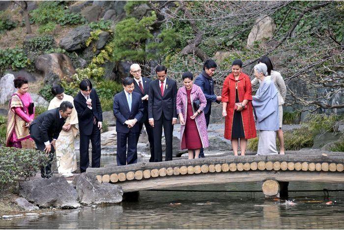 Michiko emmène ses hôtes nourrir les carpes