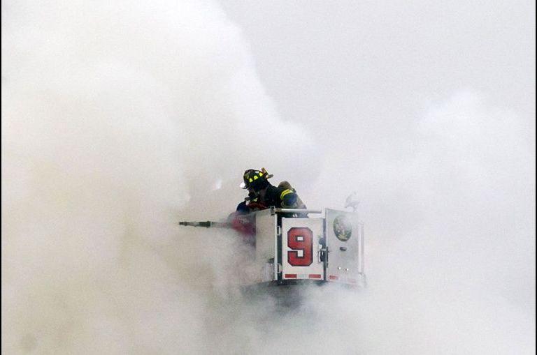 Le long combat des pompiers contre les flammes