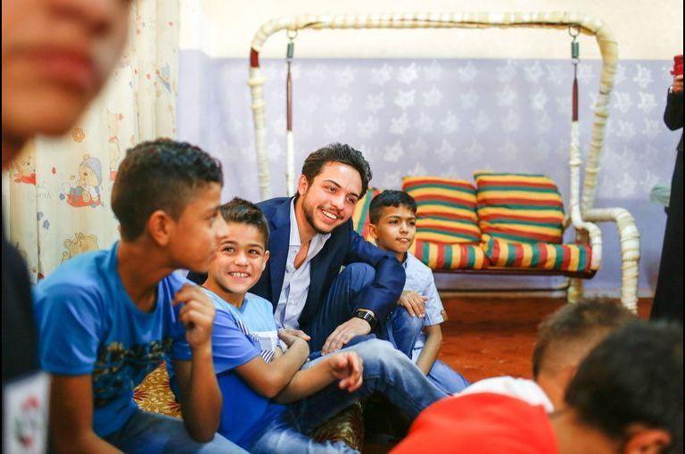 Le fils de Rania fête ses 21 ans avec des orphelins