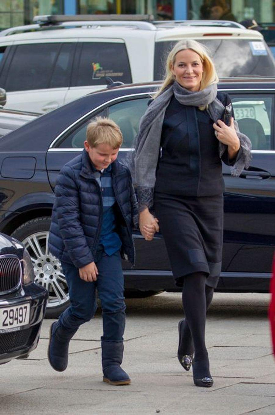 La princesse Mette-Marit de Novège et son fils le prince Sverre Magnus à Oslo, le 10 décembre 2015