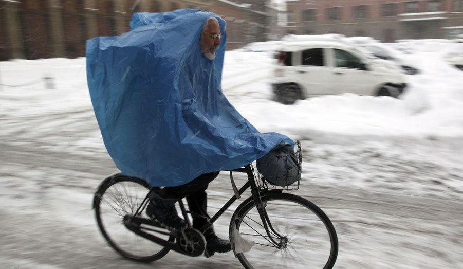 Un homme recouvert d'une grande cape en plastique brave le froid en Italie. Depuis le début de la semaine, l'Europe doit en effet faire face à des températures polaires, provoquées par un vent glacial venu de Sibérie.