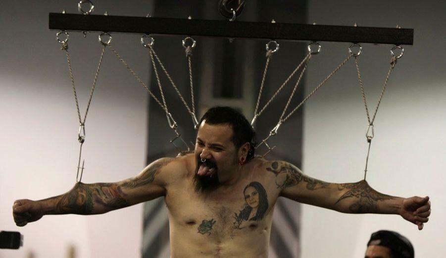Pendant la Convention Internationale du tatouage à Bogota en Colombie, un homme est suspendu par des crochets qui lui traversent la peau. Ce genre de «performance» est très courant lors de cette journée qui réunie les passionnés de tatouage.