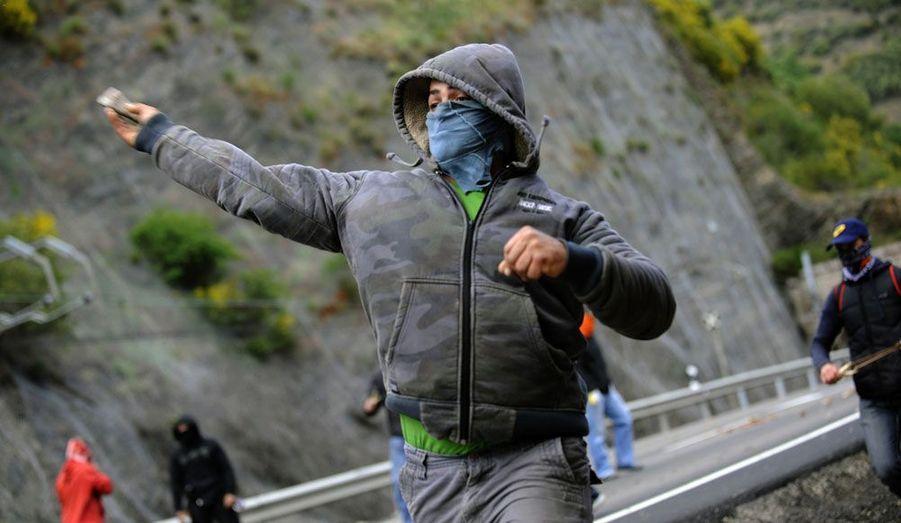 Un mineur de charbon jette une pierre à la Guardia Civil à Cinera, dans le Nord de l'Espagne. Les mineurs dénoncent les réductions de dépenses entreprises par le gouvernement dans le secteur minier.