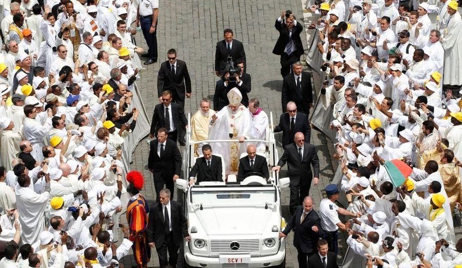 """Lors d'une messe célébrée place Saint-Pierre, entouré de 15 000 prêtres, le pape Benoit XVI a pour la première fois """"demandé pardon"""" pour les abus sexuels commis par des prêtres «à l'égard des petits». Il a également «promis» que l'Eglise """"ferait tout ce qui est possible"""" pour que les abus """"ne puissent plus jamais survenir""""."""