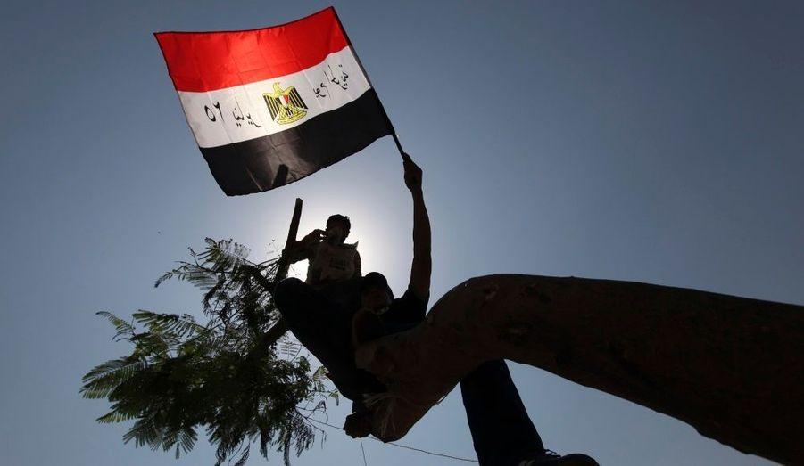 Un manifestant porte un drapeau égyptien, lors d'un rassemblementplace Tahrir, au Caire, contre la candidature de l'ex-Premier ministre Ahmed Shafik à l'élection présidentielle.