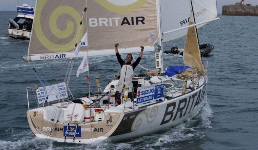 Déjà victorieux en 2003, Armel Le Cléac'h rajoute une deuxième Solitaire du Figaro à son palmarès. Le skipper de Brit Air a remporté la quatrième et dernière étape, entre Kinsale et Cherbourg, franchissant la ligne d'arrivée peu après 21h15, trois minutes avant Corentin Douguet (E.Leclerc Mobile).