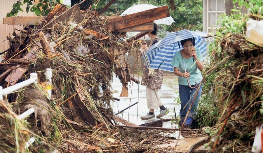 Au moins dix personnes ont été tuées au Japon dans des inondations et des glissements de terrain à l'approche de la tempête tropicale Etau, ont déclaré les autorités lundi. Plus de 47.000 personnes ont reçu l'ordre d'évacuer leur domicile, rapporte la télévision NHK alors que l'agence météorologique japonaise met en garde contre des pluies diluviennes, des inondations et des glissements de terrain dans de nombreuses régions du centre et de l'ouest de l'archipel. Certains trains et vols intérieurs ont été annulés et des autoroutes ont été partiellement fermées, précise NHK. La tempête tropicale Etau devrait frapper le centre du Japon mardi. Elle devrait être accompagnée de vents soufflant en rafales à plus de 120 km et de pluies diluviennes.