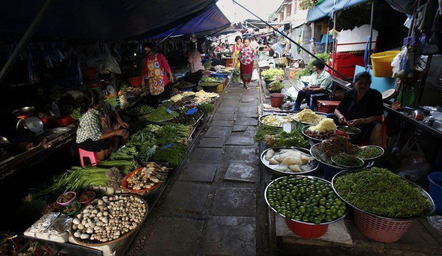 A 60 kilomètres de Bangkok, en Thaïlande, le marché traditionnel du petit village de Maeklong perturbe le bon service des trains. Les vendeurs exposent leurs marchandises à deux pas de rails de chemins de fer, perturbant jusqu'à huit fois par jour le trafic ferroviaire.