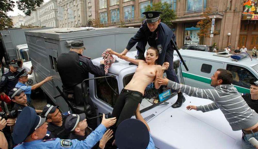 Un collectif de militantes féministes ukrainiennes a profité mardi du procès de l'ex-Premier ministre Ioulia Timochenko à Kiev pour organiser une manifestation d'un genre particulier. Deux jeunes femmes sont montées sur le toit d'une voiture de police devant le tribunal et ont exhibé leur poitrine à la vue du public, tout en conspuant la police et les hommes politiques, avant d'être interpellées. Ce collectif, Femen, organise régulièrement des manifestations pour défendre les droits des femmes et dénoncer le tourisme sexuel en Ukraine. Le procès de Ioulia Timochenko s'est ouvert fin juin à Kiev. Elle est accusée d'abus de pouvoir dans le cadre d'un accord d'achat de gaz à la Russie en 2009, alors qu'elle était à la tête du gouvernement.