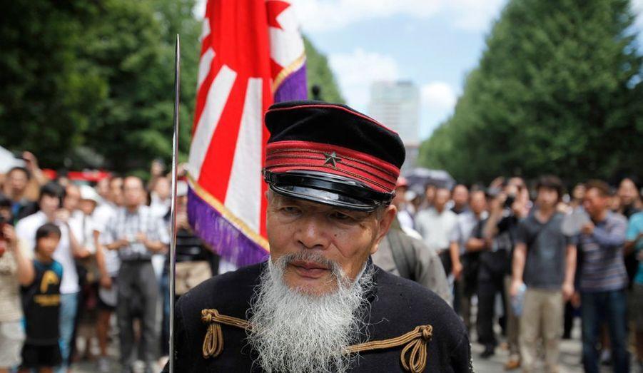 Un vétéran de la seconde guerre mondiale se rend au temple Yasukuni, à Tokyo, pour commémorer le 67e anniversaire de la reddition du Japon. La cérémonie en mémoire des victimes de guerre nippones attise toujours la polémique auprès des pays voisins de l'Archipel.