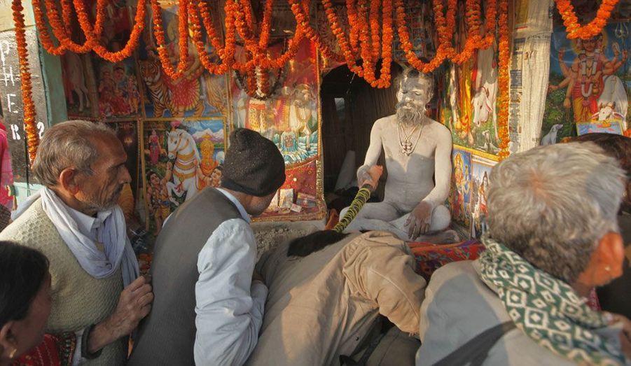 A l'occasion d'un pèlerinage hindou sur l'île de Sagar le 13 janvier, un Naga Sadhu («saint homme») bénit les fidèles.