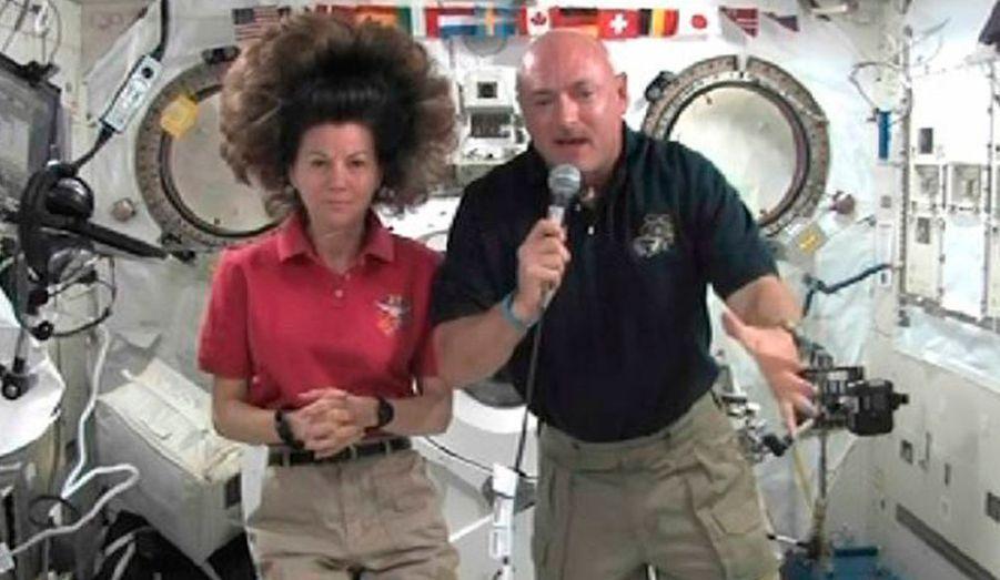 Le commandant de la navette Endeavour, Mark Kelly, et l'ingénieur de vol de la Station spatiale internationale (ISS), Cady Coleman, ont participé, aujourd'hui à une conférence de presse en duplex de l'espace. Ils ont réalisé, jeudi, le premier objectif de leur mission à bord de l'ISS, en installant le spectromètre magnétique Alpha. L'instrument, dont le coup avoisine les deux milliards de dollars, doit servir à étudier l'univers invisible, à la recherche d'antimatière et de matière noire.