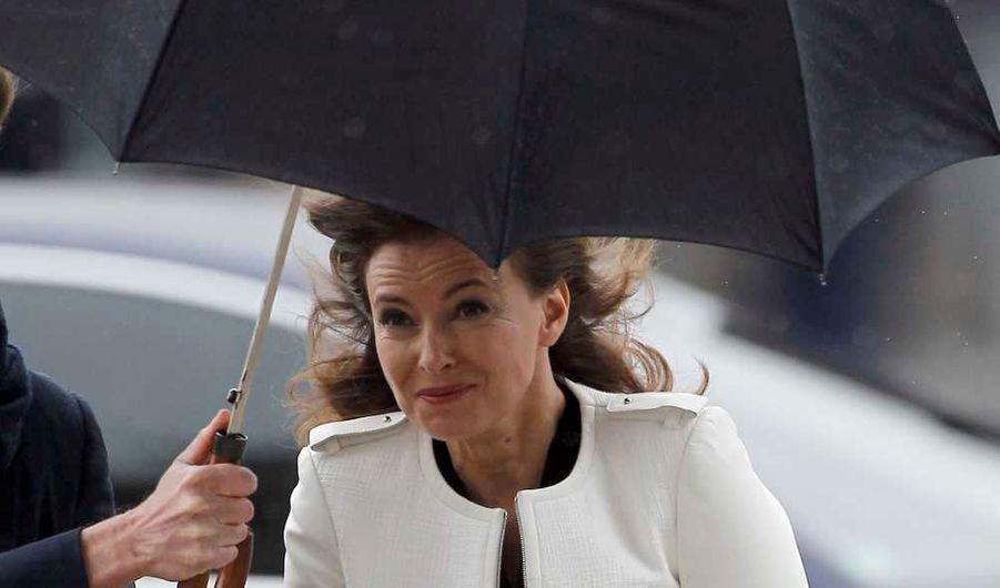 François Hollande et Valérie Trierweiler ont dû affronter la pluie et le vente pour déposer une gerbe sur la tombe du Soldat inconnu, sous l'Arc de triomphe, dans le cadre de la cérémonie d'investiture du président élu.
