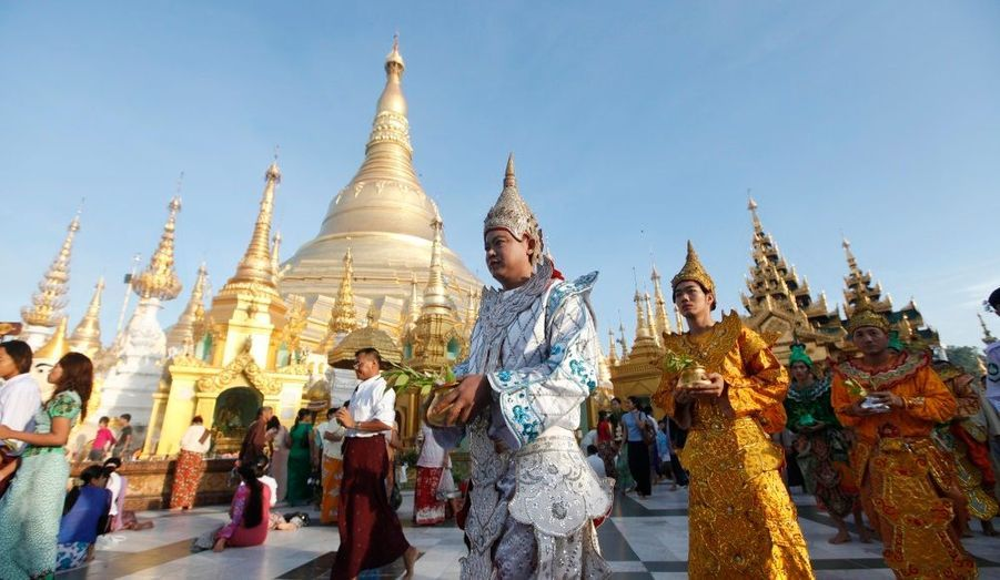 Le Roi de la Demeure Céleste, défenseur du bouddhisme, et ses disciples marchent devant le Shwedagon Pagoda, pour célébrer le Festival de l'eau de Kason à Yangon, en Birmanie. Il célèbre la naissance de Bouddha, son illumination et son éventuelle disparition.