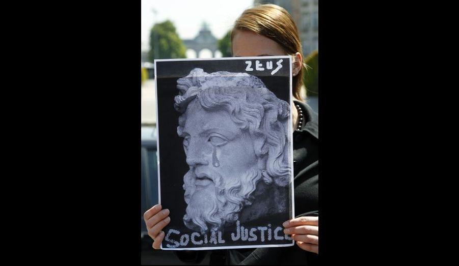 Une femme brandissant un portrait de Zeus devant le Parlement Européen à Bruxelles. De nombreux citoyens belges ont manifesté aujourd'hui leur soutien aux Grecs contre les mesures d'austérité adoptées par le gouvernement.