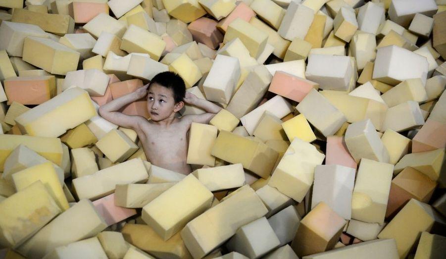 Un jeune athlète d'une équipe de plongeon prend une pause dans les éponges à Taiyuan, en Chine.