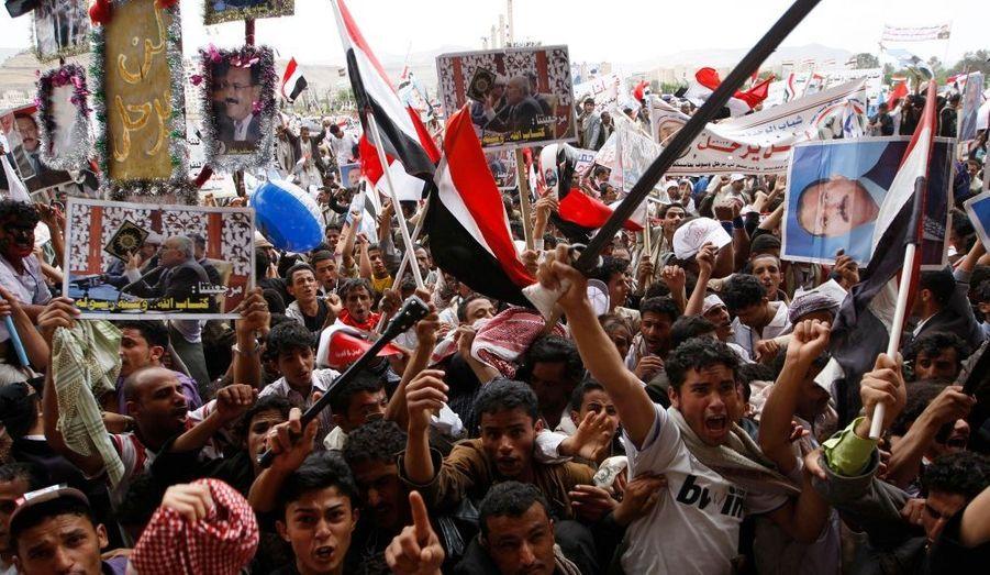Au Yémen, des partisans du président Saleh se sont rassemblés, vendredi, à Sanaa, pour montrer leur soutien au raïs. Ce dernier s'est prononcé, vendredi, pour la tenue d'une élection présidentielle anticipée. Au même moment, des milliers d'opposants, réunis sur une place voisine, ont scandé des slogans hostiles au chef d'Etat, au pouvoir depuis 32 ans.