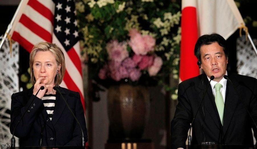 """En visite au Japon, la secrétaire d'Etat américaine Hillary Clinton a déclaré, dans une conférence de presse conjointe avec son homologue japonais Katsuya Okada, que la Corée du Nord devait «cesser son comportement provocateur», après le naufrage d'une corvette sud-coréenne en mars. """"Il est important d'envoyer à la Corée du Nord le message clair que des actes de provocation ont des conséquences"""" a-t-elle souligné."""