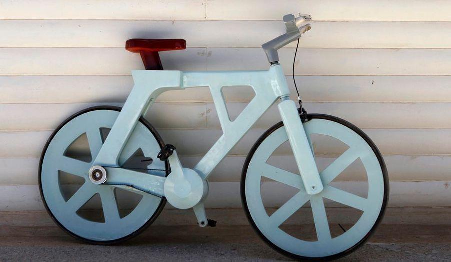 L'ingénieur israélien a imaginé un vélo en carton, moyen astucieux pour recycler la matière et aussi permettre aux populations désoeuvrées de voyager à moindre frais.
