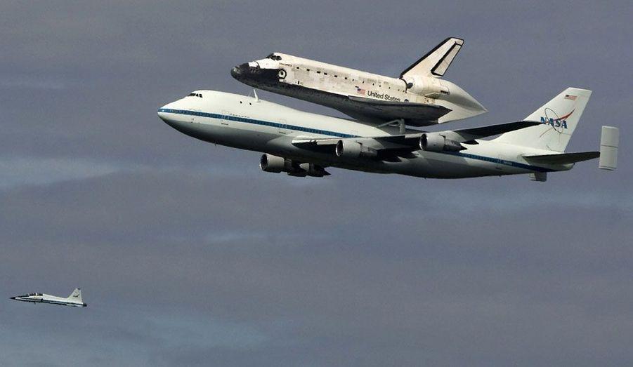 La navette Discovery, fixée sur un Boeing 747 de transport, est conduite vers sa dernière demeure, le musée Smithsonian de l'Air et de l'Espace, à Chantilly, en Virginie.