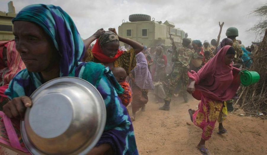 Des femmes se précipitent dans un camp d'aide alimentaire mis en place par le gouvernement de transition somalien (TFG) à Mogadishu, en Somalie.