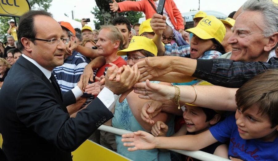 Le président de la République François Hollande a assisté à l'arrivée de l'étape du Tour de France à Brive, en Corrèze, vendredi. L'occasion de s'offrir un bain de foule sous le soleil.