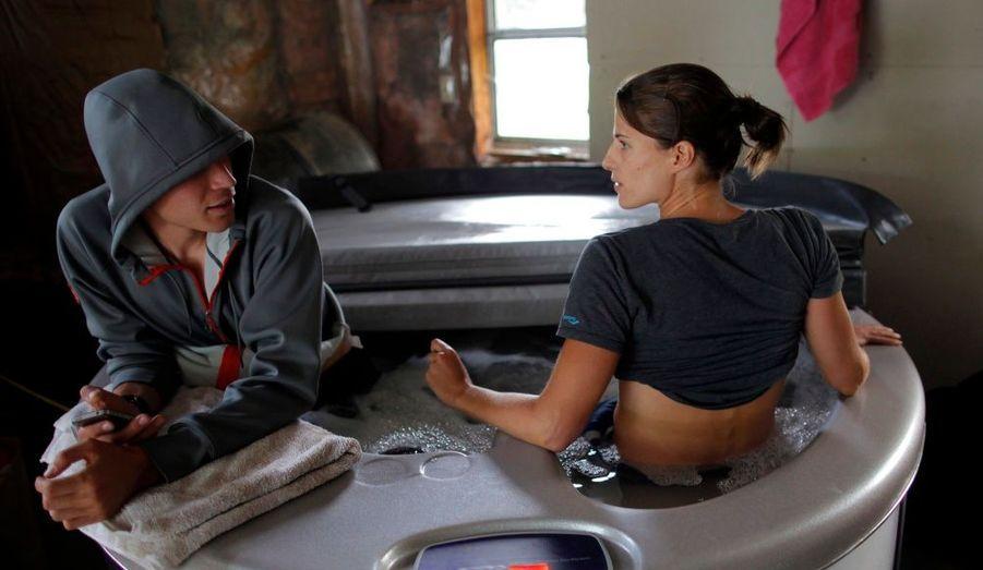 La triathlète américaine Sarah Groff et son petit ami Ben True prennent un bain glacé à leur domicile de Hartford, dans le Vermont. Sarah Groff visera une médaille lors du triathlon féminin des Jeux Olympiques de Londres, le 4 août prochain.