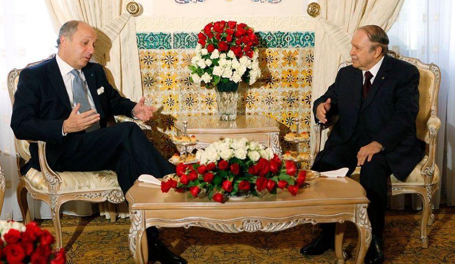 En visite officielle en Algérie depuis dimanche, le ministre des Affaires étrangères Laurent Fabius a rencontré le président algérien Abdelaziz Bouteflika lundi. Les deux hommes se sont longuement entretenus sur les liens qui doivent unir les deux pays.