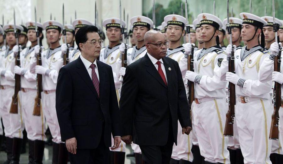 Alors que l'Afrique rend hommage à Nelson Mandela pour son 94ème anniversaire, le président en fonction, Jacob Zuma, s'est rendu à Pékin pour entretenir les relations sino-africaines. Ici, Hu Jintao et Zuma inspectent la garde d'honneur du régime.