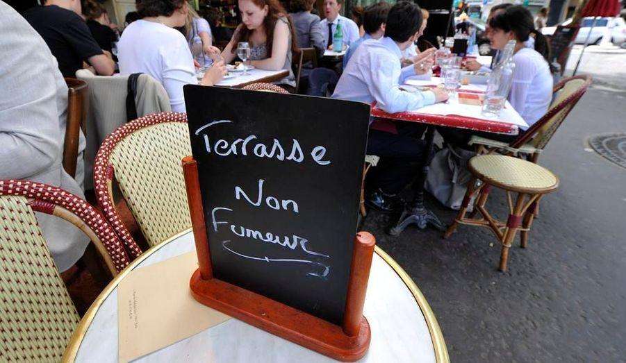 Deux ans et demi après l'interdiction de fumer dans les lieux publics en France, certains cafés ont même décidé d'étendre la loi à leur terrasse, comme ici, à Paris.