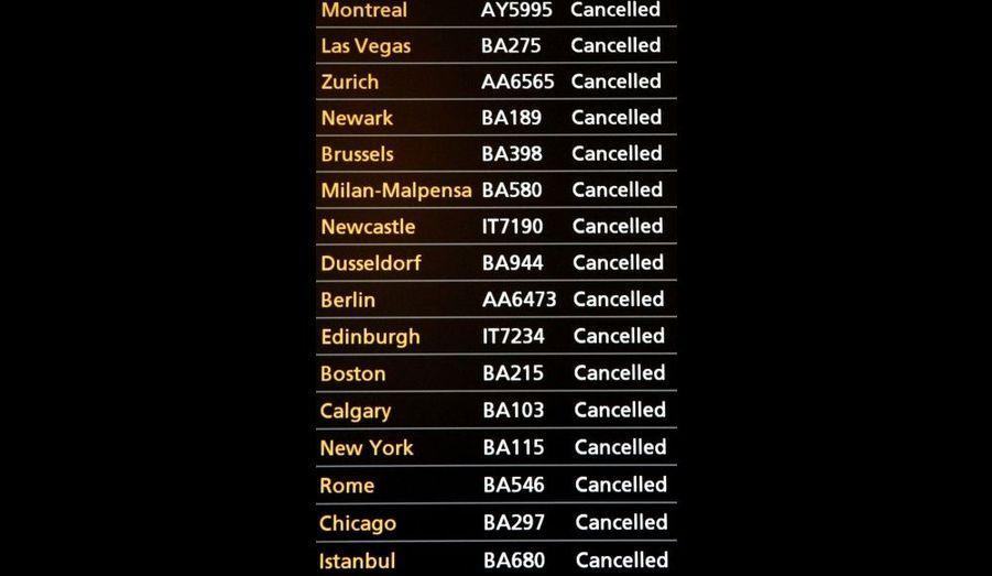 Un tableau d'information des vols à l'aéroport d'Heathrow de Londres montre les nombreux départs annulés. La neige et le gel ont retardé les avions dans le nord de l'Europe. Frustrés, les voyageurs qui ont bien souvent dormi sur place, ont tenté de faire pression sur les compagnies aériennes.
