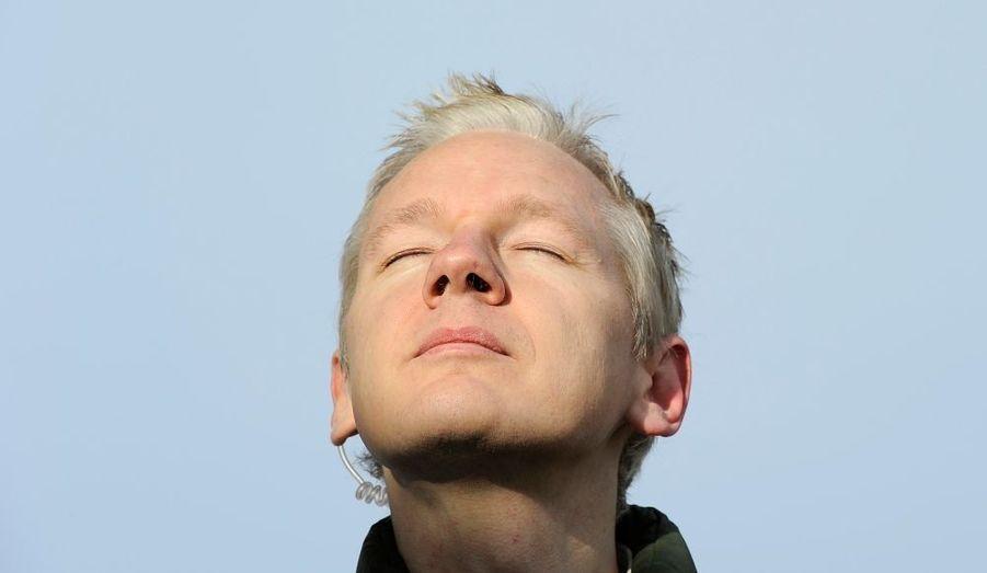 Enfin libre - même si toujours sous le coup d'une extradition -, Julian Assange prend un bain de soleil à Norfork, en Angleterre.