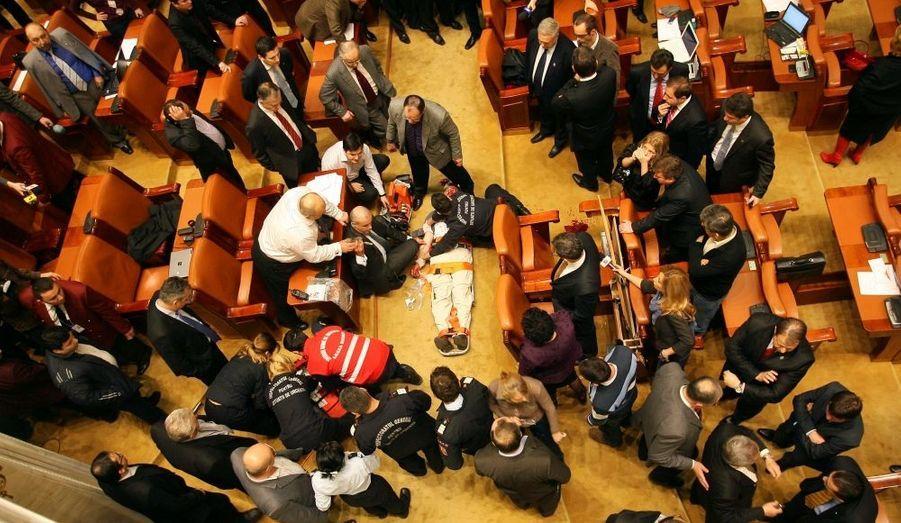 Électricien travaillant pour la télévision publique, Adrian Sobaru s'est jeté dans le vide au sein du Parlement roumain.
