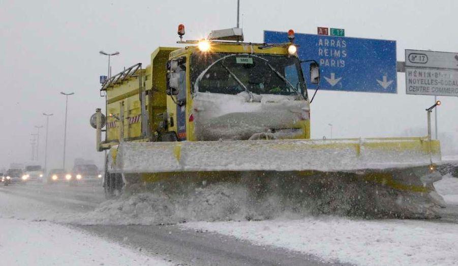 La France ne semble pas près de quitter son manteau blanc. De nouvelles chutes de neige perturbent le trafic routier et aérien lundi matin dans le nord de la France et sur l'Ile-de-France, où l'aéroport d'Orly a été temporairement fermé.