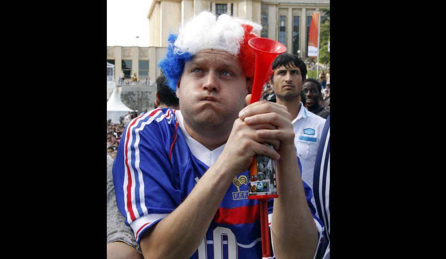 Un supporter abattu devant l'écran géant situé sur l'esplanade du Trocadéro, à Paris. Pour le dernier match de poule de la France, Bongani Khumalo a ouvert la marque pour l'Afrique du Sud sur une tête à la réception d'un coup de pied arrêté à la 20ème minute. Yoann Gourcuff a été expulsé à la 26ème minute après un coup de coude sur Macbeth Sibaya, le milieu de terrain sud-africain. Puis, les Sud-Africains inscrivent un deuxième but par l'intermédiaire de Katlego Mphela à la 37ème minute. Après avoir sombré ce week-end, le bateau Bleu s'enfonce vers les abysses.