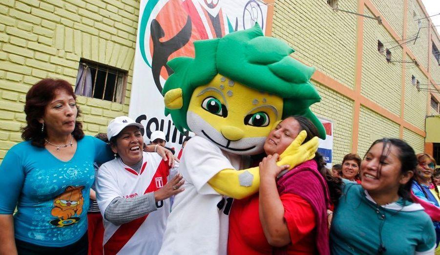 Une détenue embrasse une réplique de «Zakumi», la mascotte de la Coupe du monde d'Afrique. Les femmes de la prison de Lima à Santa Monica ont reçu cette visite après avoir joué au football pour célébrer l'évènement majeur qui a lieu en Afrique. La plupart des détenues sont accusées d'avoir fait du trafic de drogue.