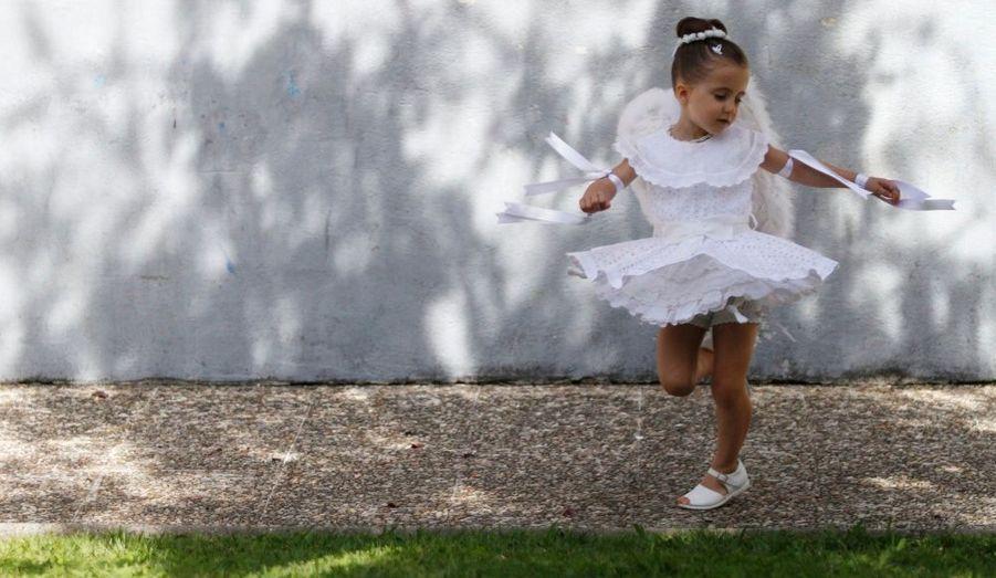Une fillette de cinq ans, participe à la fête de la «Coca», à Redondela dans les régions rurales du nord de l'Espagne. La tradition du «Coca» vient d'une légende locale, dont les origines remontent au Moyen Age. Deux femmes auraient été sauvées de l'ire d'un dragon en dansant devant lui.