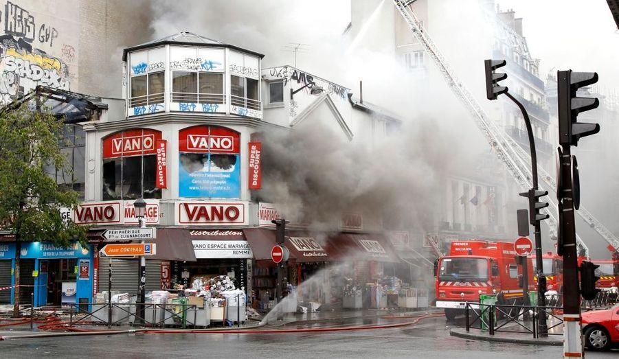 Un incendie spectaculaire s'est déclaré ce mardi matin dans le 18e arrondissement de Paris. Malgré l'intervention rapide des pompiers, le magasin Vanoprix spécialisé dans les robes de mariée est parti en fumée, mais heureusement aucune victime n'est à déplorer.