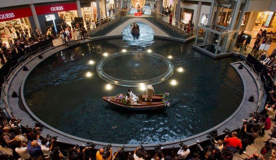 Des jeunes mariés font un tour en barque sur le canal du centre commercial Marina Bay Sands à Singapour, sous le regard des passants et des photographes. Le centre commercial a ouvert officiellement mercredi. Marina Bay Sands est le deuxième établissement le plus cher du monde après le MGM Resorts' CityCenter à Las Vegas.