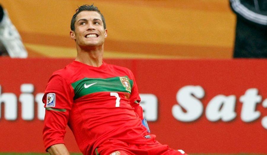 Le Portugal n'a pas fait dans le détail, lundi, pour vaincre la Corée du Nord dans le cadre de la poule G du Mondial 2010 (7-0). Tour à tour, Raul Meireles (29e), Simao (53e), Hugo Almeida (56e), Tiago (60e), Liedson (81e), Cristiano Ronaldo (88e) et de nouveau Tiago (89e) ont trompé la vigilance de Chollimas d'ores et déjà éliminés. Un résultat qui permet aux Lusitaniens de prendre seuls la deuxième place du groupe à deux longueurs du Brésil. Relégués à trois points, les Ivoiriens, battus 3-1 dimanche par les Auriverdes, ont désormais peu de chances de voir les huitièmes de finale.