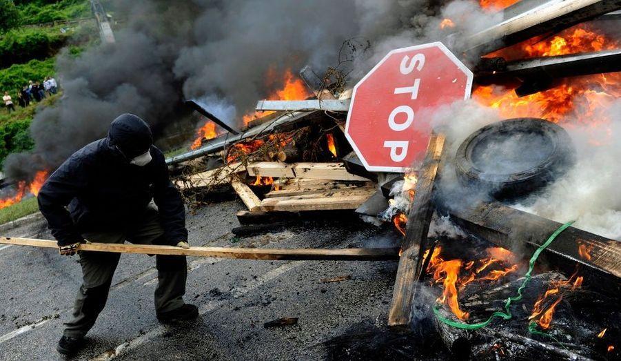 Un mineur érige une barricade sur le site de Pozo Santiago, près d'Oviedo, en Espagne, protestant contre les restrictions de budget dans le secteur.