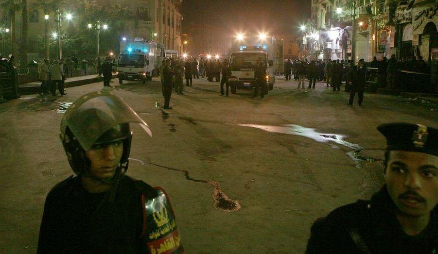 Quatre personnes, dont une Française, ont été tuées par une explosion provoquée dimanche au Caire près d'un quartier touristique, a-t-on rapporté de source policière et dans les milieux de la sécurité. L'explosion a eu lieu près du bazar historique de Khan el-Khalili, dans l'est de la capitale égyptienne.Le ministre égyptien de la Santé, Hatem el Gabali, a déclaré qu'une femme de nationalité française figurait parmi les morts. Le ministre a dit que 17 personnes avaient aussi été blessées, dont dix touristes français, un Allemand et trois ressortissants saoudiens. A Paris, on a confirmé au Quai d'Orsay que des Français figuraient parmi les blessés.