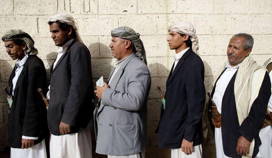 Des hommes yéménites font la queue devant un bureau de vote d'Al Hasaba, un quartier de Sanaa, lors des élections présidentielles. Ils espèrent trouver un successeur au président Ali Abdullah Saleh. Ce vote met ainsi mettre fin à une longue lutte qui a commencée avec des manifestations de masse et dont le but était d'évincer le Président du pouvoir.